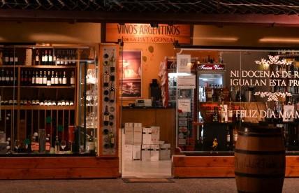 5 vinotecas 5 vinos freixa y vinos la decana y - Fotos de vinotecas ...